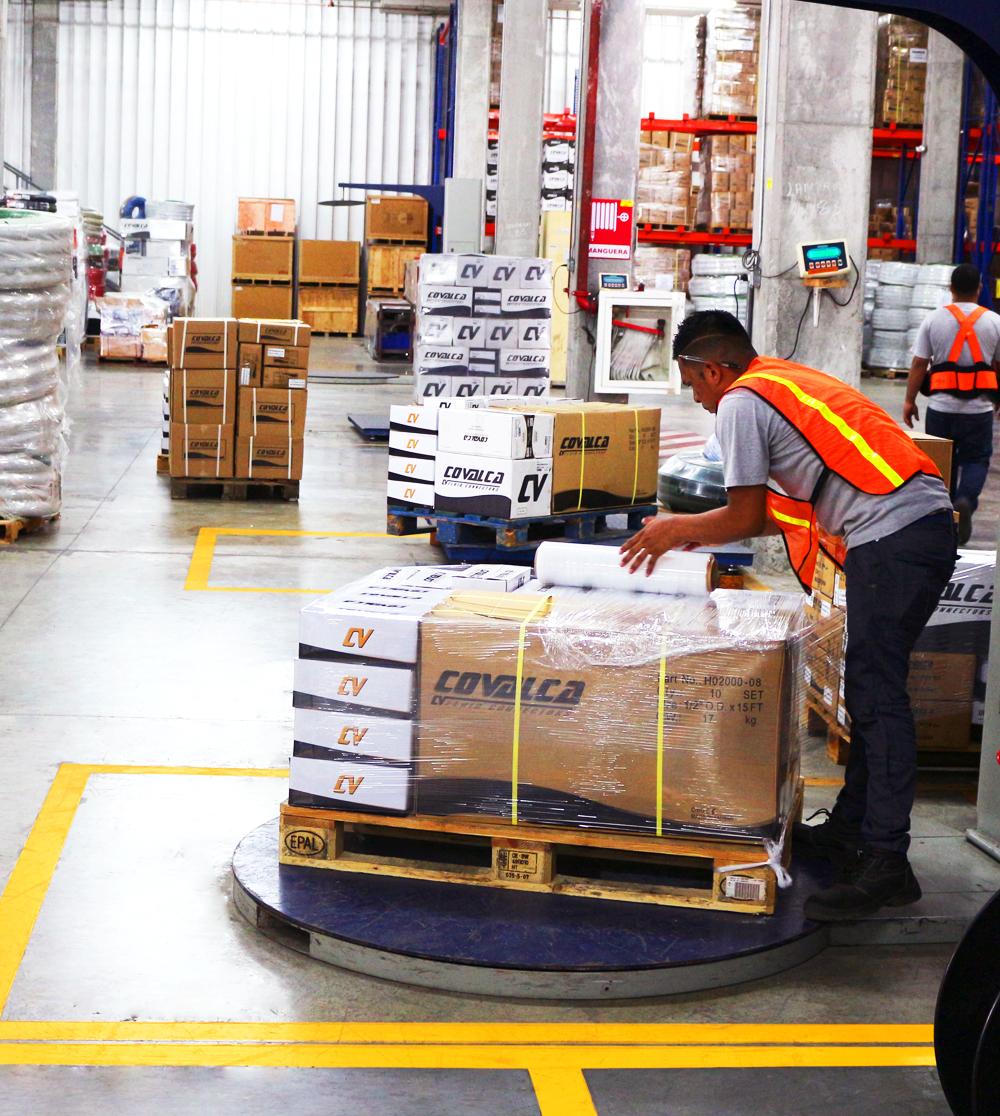 Almacenamos, embalamos y llevamos a cabo la preparación de pedidos para la entrega de mercancías en cajas, palets o cualquier otra forma que garantice un transporte y envío seguro.